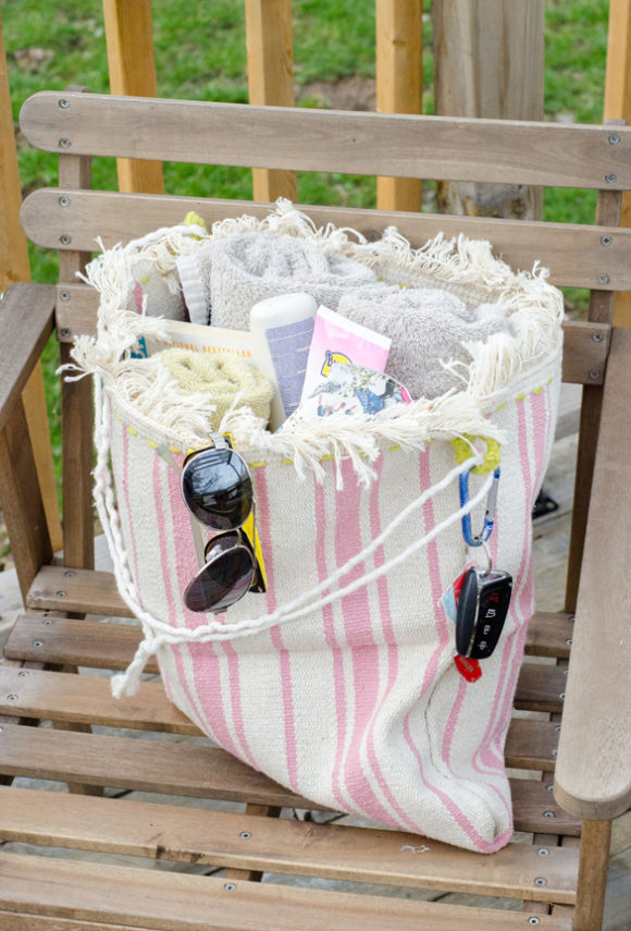 Make a small IKEA rug into a beach bag